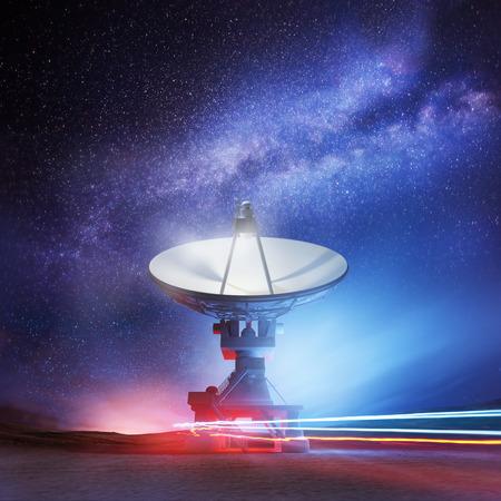 fernrohr: Ein Radioteleskop zeigt nach oben in den Nachthimmel. Astronomie-Hintergrund. Illustration. Lizenzfreie Bilder