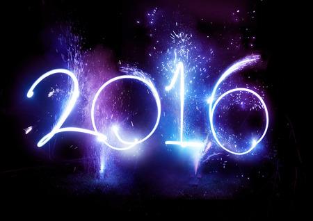fireworks: 2016 Fuegos artificiales fiesta - fiestas de visualizaci�n de la Feliz A�o Nuevo 2016 escrito en luces senderos y fuegos artificiales.