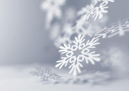 Vallende sneeuwvlokken. Papier ambachtelijke sneeuwvlokken close-up illustratie van vallende sneeuwvlokken. Kerstmis winter achtergrond. Stockfoto