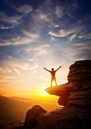 freiheit: Eine Person, von einem Höhepunkt erreichen bis, vor einem Sonnenuntergang. Ausdruck Freiheit