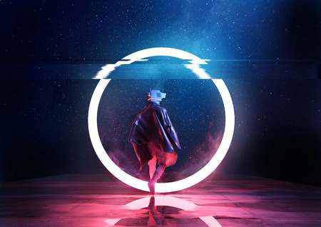 Retro Toekomst. Een futuristische ruimteman die een cirkel van licht loopt. 3D illustratie