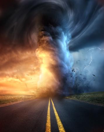 Een krachtige supercelstorm bij zonsondergang die een enorme en verwoestende tornado veroorzaakt die neerkomt op een snelwegweg. Mixed media illustratie.