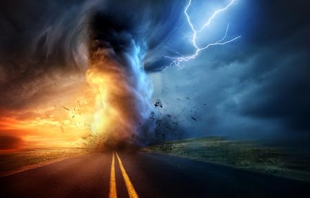Een dramatische storm bij zonsondergang die een krachtige tornado veroorzaakt die met bladbliksem door het landschap kronkelt. Landschap mixed media illustratie.
