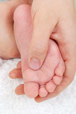 massage enfant: La m�re de massage des pieds de son enfant