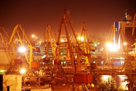 Puerto almacén con cargas y contenedores durante la noche