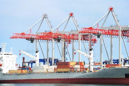 Ver en puerto mar�timo con gr�as, cargas y el barco de comercio  Foto de archivo - 7557207