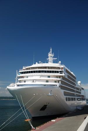 旅客船は港で乗客を見込んでいます。