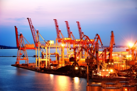 貨物と夜にコンテナー港湾倉庫 写真素材