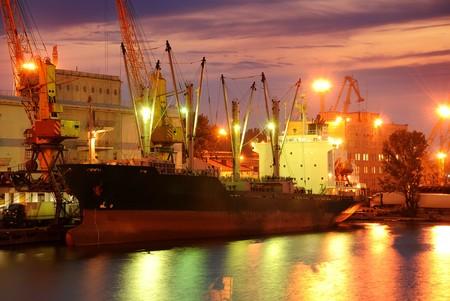 貨物と夜にコンテナー港湾倉庫