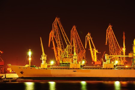 ports: Magazzini portuali con carichi e contenitori di notte