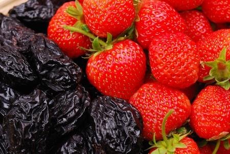 ciruela pasa: Fondo de fresas frescas y ciruela pasa