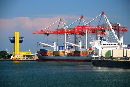 View on trading seaport with cranes, cargoes and the ship Banque d'images