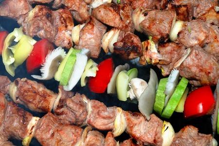 carnes y verduras: CARNES de barbacoa y verduras al fuego Foto de archivo
