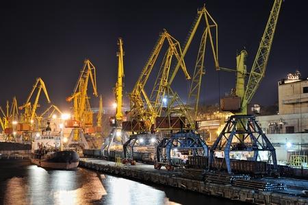 ports: vista serale del porto industriale con carichi e nave Archivio Fotografico