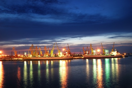 night view of the industrial port with cargoes and ship Banque d'images