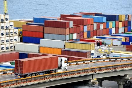freight container: cami�n de transporte de contenedores a un almac�n cerca del mar Foto de archivo