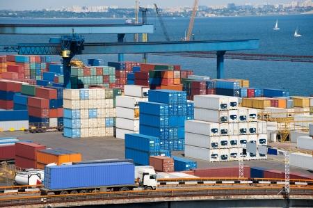 freight container: cami�n contenedor de transporte a bodega cerca del mar