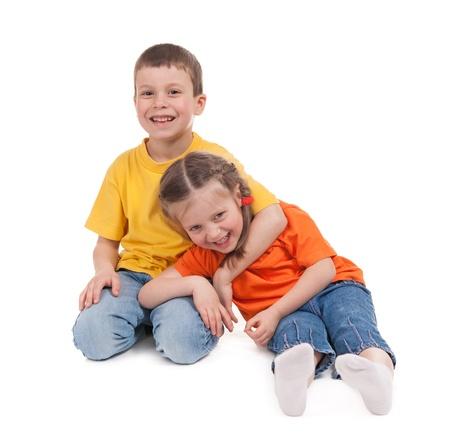 sonriente niño y niña aislados en blanco