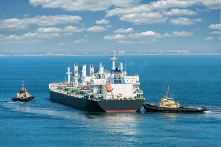 vrachtschip en sleepboot Stockfoto
