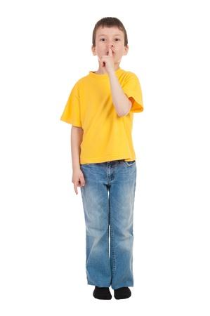 muchacho en camiseta amarilla se llevó un dedo a los labios