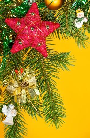 Decoración del árbol de abeto de Navidad en amarillo Foto de archivo - 21957178
