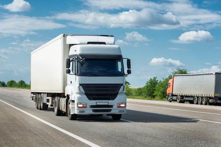道路のトラック。貨物輸送