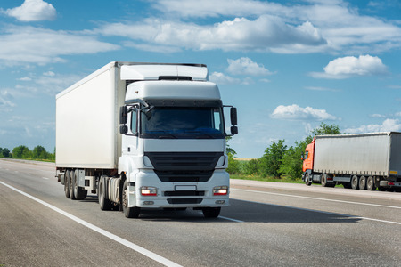 ciężarówka: ciężarówka na drodze. Przewóz ładunków