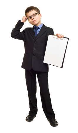 hoja en blanco: muchacho en traje espectáculo sujetapapeles en blanco hoja Foto de archivo