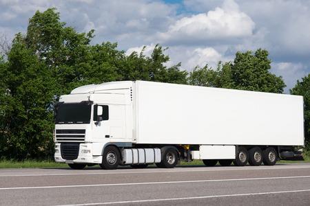 道路上の白いトラック。貨物輸送