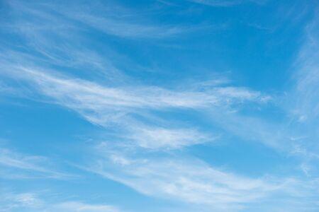 cielo despejado: Fondo del cielo azul con nubes blancas suaves