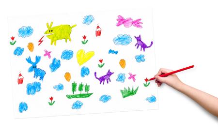 dessin enfants: la main de l'enfant avec l'image de dessin au crayon