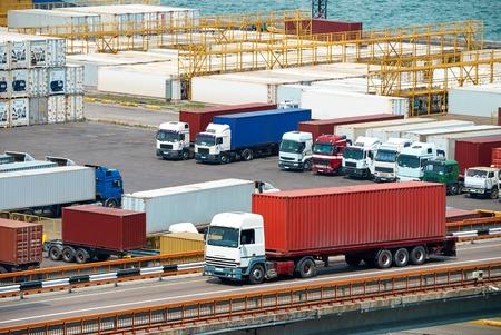 Camion container il trasporto dalla nave vicino al mare Archivio Fotografico - 45630914