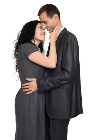 marido y mujer: abrazo feliz pareja, vestida con vestido cl�sico fuerte, retrato de estudio en blanco