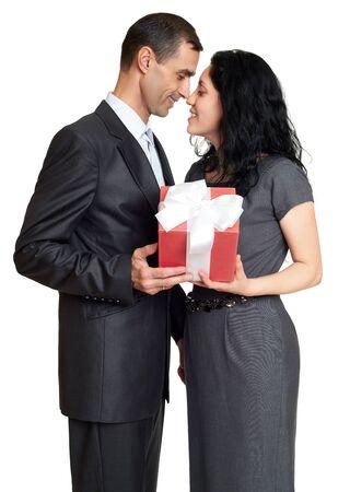 femme romantique: Couple avec bo�te-cadeau, portrait en studio sur fond blanc. Habill� en costume noir.