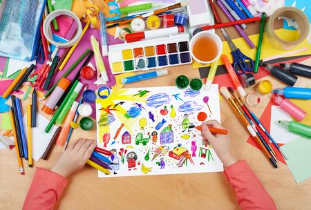 lapiz y papel: Los dibujos animados y la recolección de juguete divertido, dibujo infantil, vista desde arriba con las manos Foto de pintura de lápiz sobre papel, obra del lugar de trabajo