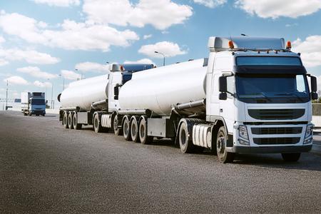 Tankwagen auf Straße, Frachttransport und Versand-Konzept Standard-Bild