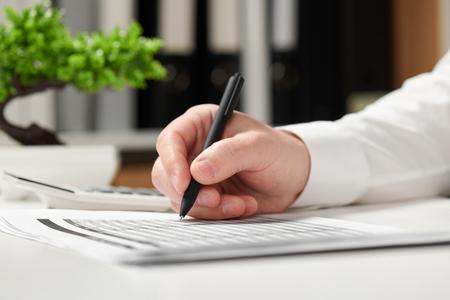 Homme d'affaires travaillant au bureau et calculant les finances. Concept de comptabilité financière d'entreprise.