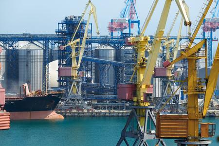 Port industriel, infrastructure de port maritime, grues et cargos secs