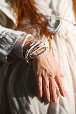 Hand des modischen Mädchens in Weiß gekleidet