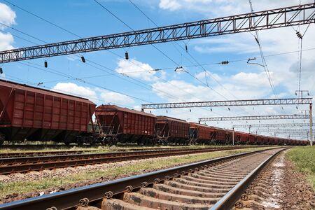 Chemin de fer industriel - wagons, rails et infrastructure, alimentation électrique, concept de transport et d'expédition de fret. Banque d'images