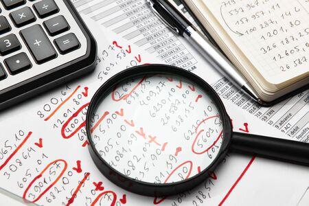 Draufsicht auf den Schreibtisch des Büroangestellten - Arbeiten Sie mit Finanzberichten, Analysen und Buchhaltung, Tabellen und Grafiken, verschiedenen Büroartikeln für die Buchhaltung