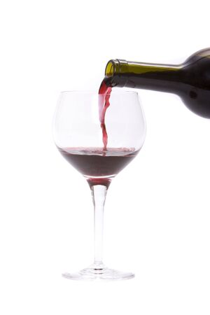 ワイングラスに赤ワインを注ぐ