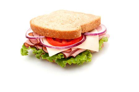 comida gourment: Jam�n delicioso s�ndwich con pan de trigo integral sobre fondo blanco