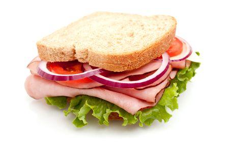 ham sandwich: Prosciutto deliziosi sandwich con pane di grano intero su sfondo bianco