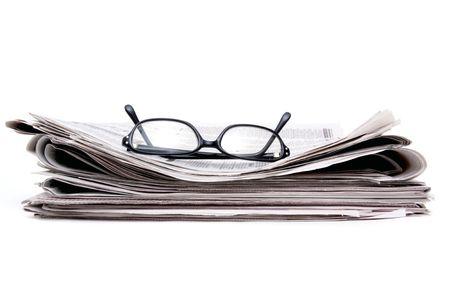 신문 스택에 안경 읽기 스톡 콘텐츠 - 6668941