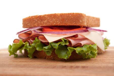 ham sandwich: Prosciutto deliziosi sandwich con pane di grano intero sul tagliere  Archivio Fotografico