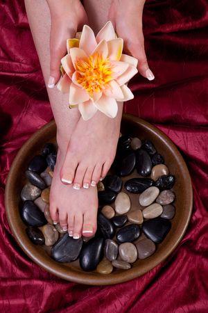manicura pedicura: Manos y los pies de una mujer siendo mimados