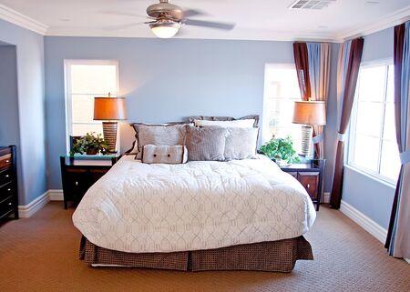 chambre � coucher: Modern chambre � coucher avec lit Banque d'images