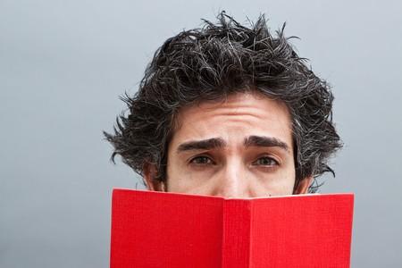 suspens: �tudiant lire un roman � suspense