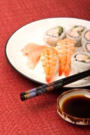 새우 초밥과 캘리포니아 롤 젓가락과 간장